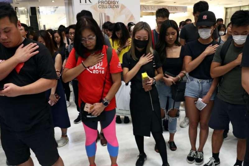 香港示威者在新城市廣場商場為抗議活動中的死傷者和911恐襲死難者默哀。(美國之音)