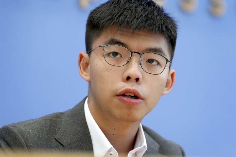 香港眾志秘書長黃之鋒(見圖)批評台北市長柯文哲以擦槍走火來形容港警意圖謀殺,實在是對中槍學生的侮辱,要求道歉。(資料照,美聯社)