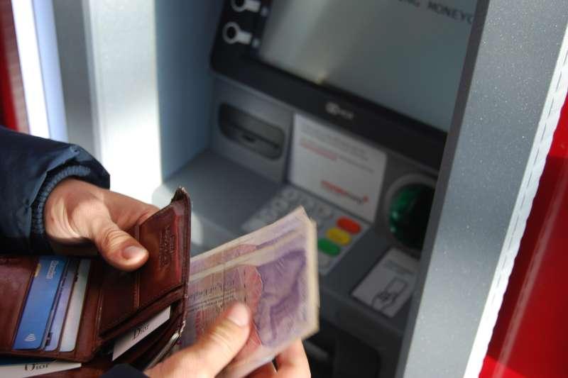 在國外使用提款機前,建議先檢查ATM有沒有被動手腳(圖/Unsplash)