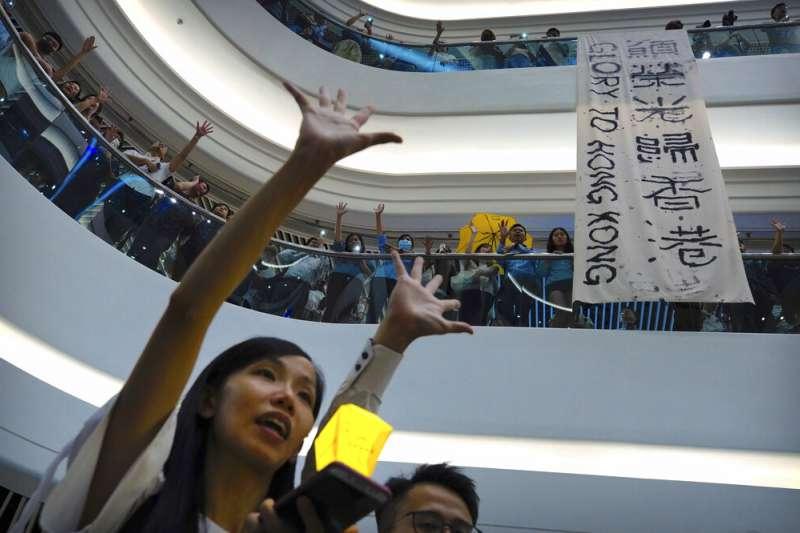 反對香港與北京政府、支持反送中的民眾,在香港各處聚集合唱《願榮光歸香港》。(美聯社)