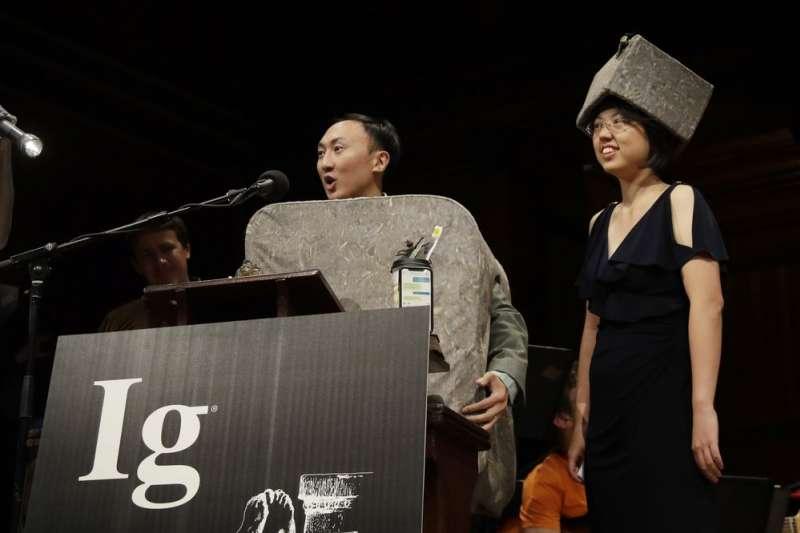 第29屆搞笑諾貝爾獎,台灣科學家楊佩良與台裔美籍科學家胡立德(David Hu)以袋熊的方形便便研究獲得物理學獎。(AP)