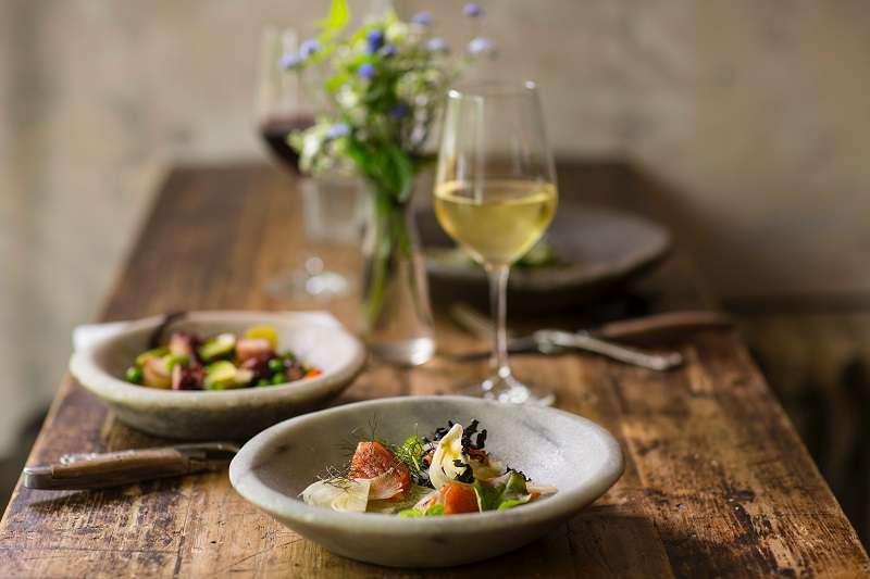 以往一想到餐酒搭,腦海中立刻浮現法餐與紅酒,這是一般人的刻板印象。(圖/取自unsplash)