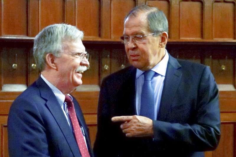 俄羅斯外長拉夫羅夫與白宮前國安顧問波頓。(美聯社)