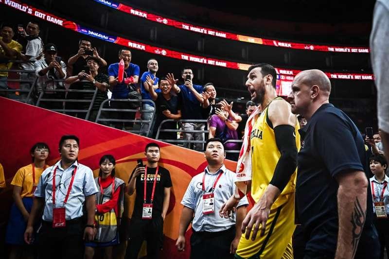 澳洲中鋒伯加特對於FIBA非常不滿,賽後大爆粗口。(取自FIBA世界盃官網)