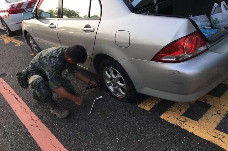 陸軍八軍團所屬裝甲564旅任副班長的趙廷中士護送國道爆胎車輛下交流道,並進一步協助更換輪胎,獲得一致好評。(陸軍八軍團提供)