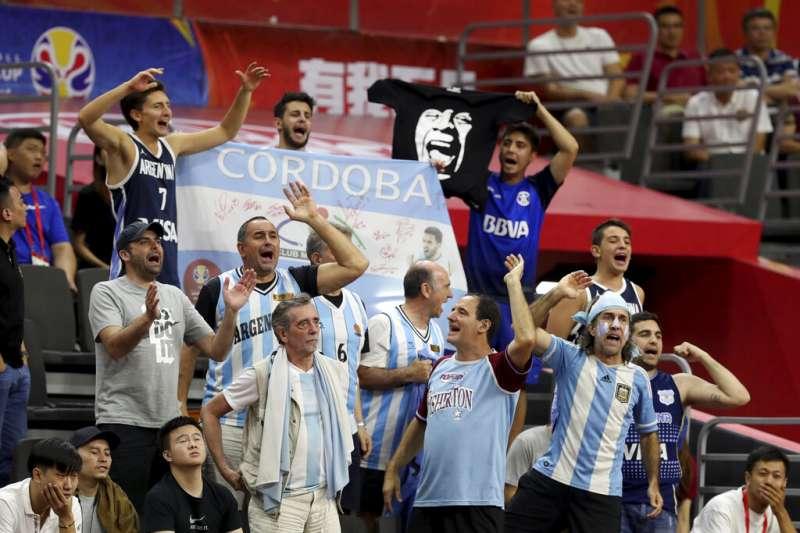 阿根廷球迷在現場替自己國家加油唱起歌來。(美聯社)