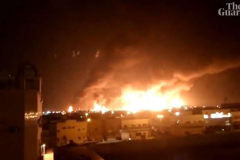 2019年9月14日,沙烏地阿拉伯東部兩座油田遭到無人機攻擊,爆炸後冒出熊熊大火。(YouTube)