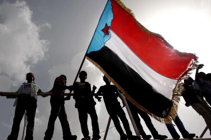 葉門南部大城亞丁的民眾主張獨立建國,並高舉南葉門國旗(AP)