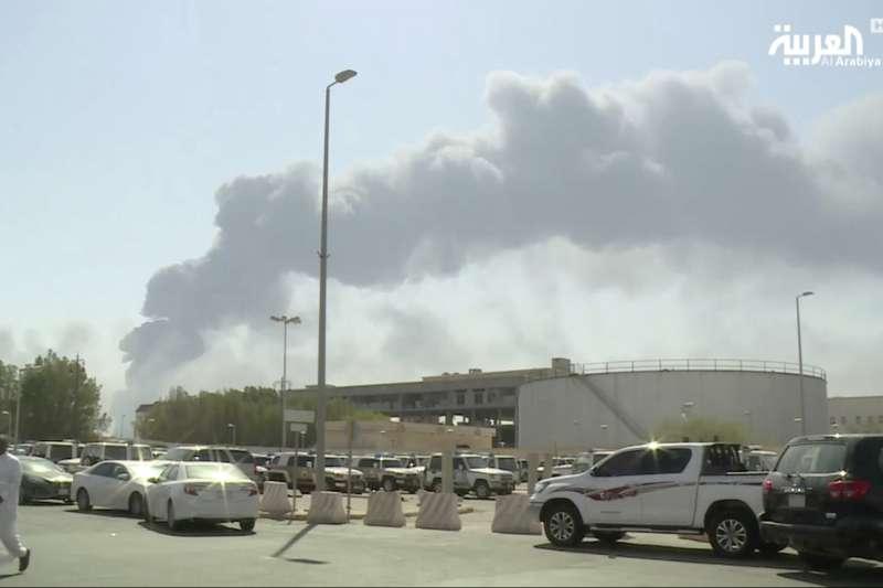2019年9月14日,沙烏地阿拉伯東部兩座油田遭到無人機攻擊,爆炸後冒出大火與濃煙。(AP)