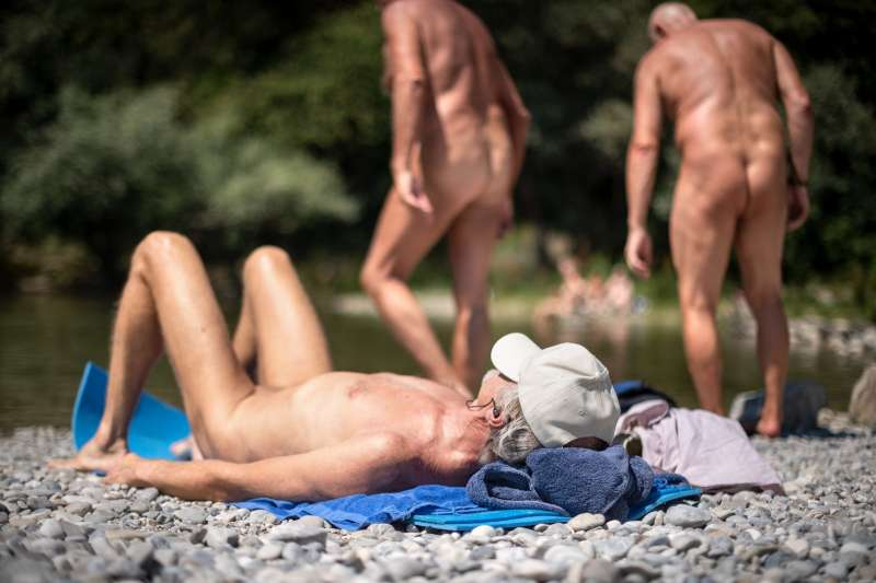 在慕尼黑巴伐利亞州,人們赤身露體曬日光浴。(圖/*CUP提供)