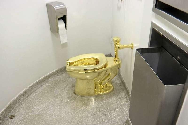 2019年9月,一具價值100萬英鎊的18K黃金馬桶,在英國首相邱吉爾故居布倫海姆宮(Blenheim Palace)遭竊。(AP)