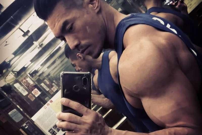 年僅37歲的健身教練「筋肉爸爸」,日前因中風一度生命垂危,太太特別發文提醒大家維持良好生活習慣的重要!(圖片來源:筋肉爸爸JZ臉書)