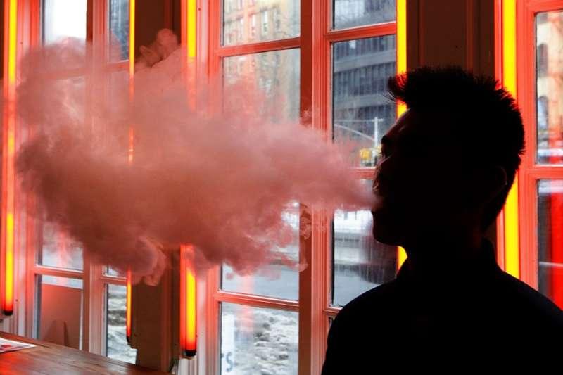 衛生福利部推出《菸害防制法》修正草案,擬將電子煙等新興菸品訂為「類菸品」加以管控。電子煙在美國青少年間蔚為潮流。(美聯社)【吸菸有害健康】