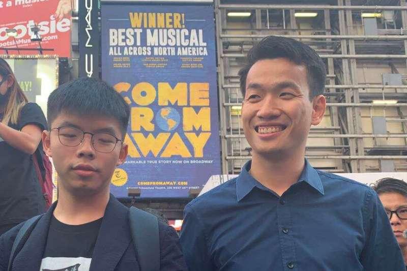 梁繼平(右)9月15日與黃之鋒一起到紐約時報廣場高唱榮光歸香港的歌曲。(美國之音)