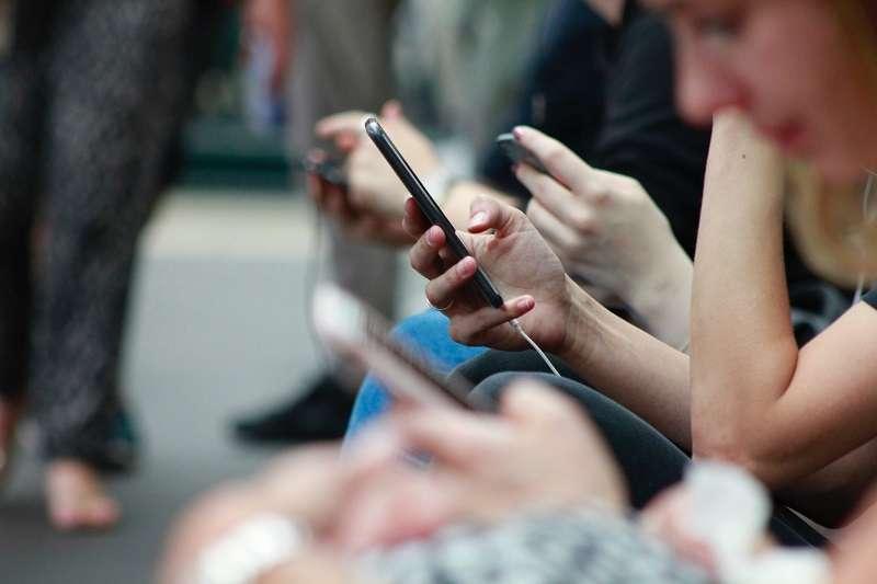 根據最新調查顯示,全球網民在過去七年花在社交媒體上的時間上升了60%。(圖/取自unsplash)