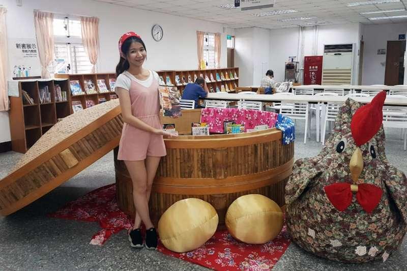 新北市立圖書館三重東區分館布置巨型蒸籠「書香宴」,散發濃濃的書香味,130公分高的巨型布雞,帶大家認識三重碧華布街,認識本土文化。(圖/新北市立圖書館提供)