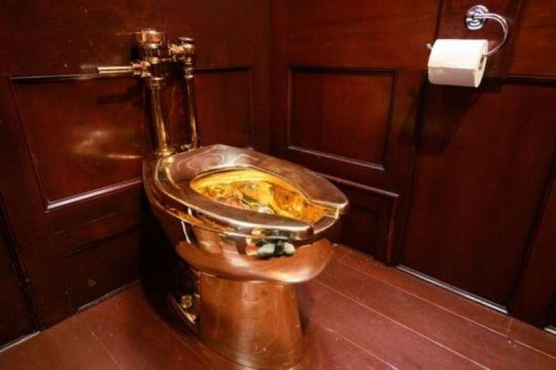 價值百萬英鎊、18K金鑄造的馬桶,出自義大利著名設計家之手。(BBC中文網)