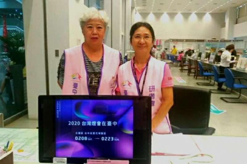 中市府志工展現用熱忱展現溫暖的人性服務。(圖/台中市政府提供)