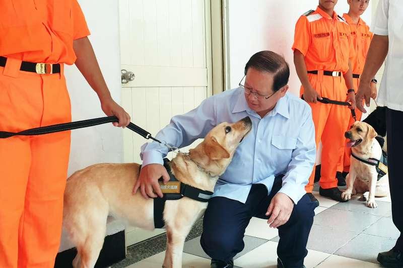 海巡署16日上午在所屬北部分署竹圍營區成立「海巡偵搜犬區隊」,署長陳國恩與軍犬親密互動(海巡署)