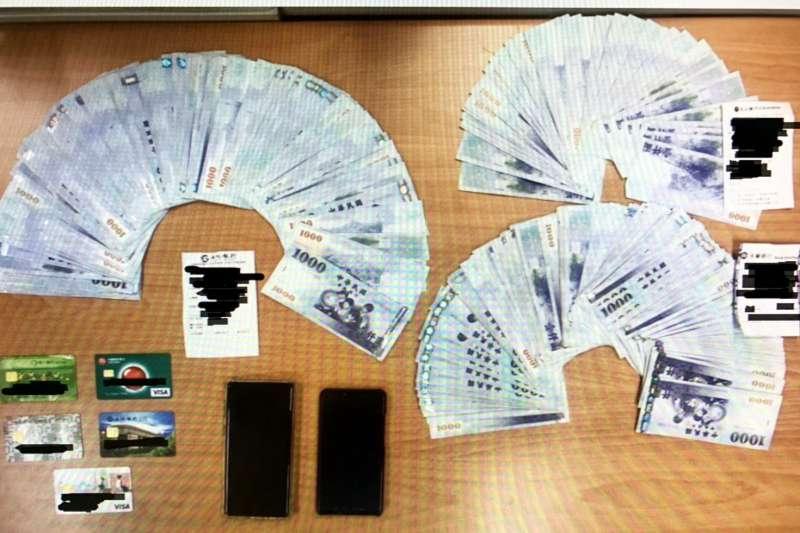 台北市警察局刑大偵五隊日前查獲詐欺車手集團,利用臉書社群軟體社團發文、佯裝賣家販售iPhone XS MAX手機,以明顯低於市價的價格誘騙被害人上當。(台北市警察局提供)