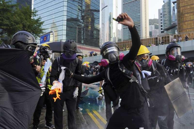 2019年9月,香港反送中衝突持續升級,示威者以汽油彈發動攻擊(AP)