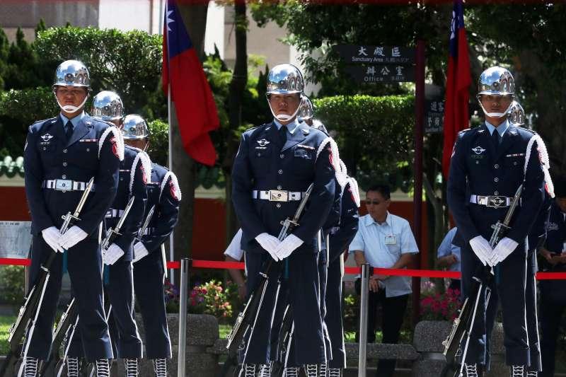 20190917-三軍儀隊過去在軍禮服上,左胸別著軍種儀隊紅底金字的名牌,近期卻被發現悄悄換成3個勳表,引發外界質疑此舉是否有把象徵榮譽的表彰,當成軍禮服飾品的情況。圖為陸軍儀隊。(蘇仲泓攝)