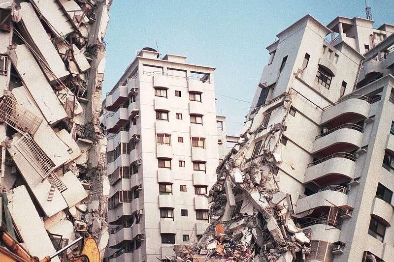 921大地震,台中縣大里市「金巴黎」社區大樓倒塌現場。(取自維基百科)