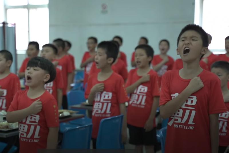 「本色男兒俱樂部」只收7-12歲的小男孩為學員,培養男子漢精神(圖/截自BBC News中文 @YouTube)