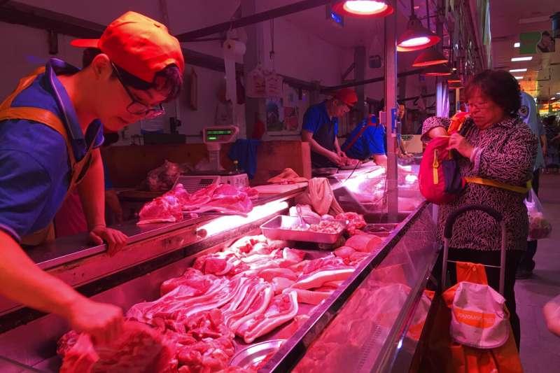 北京市場中的豬肉攤販。(美聯社)