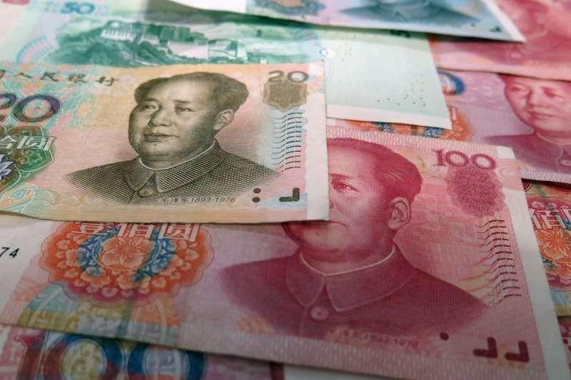 人民幣貶不停,中共面臨是否廢鈔的關鍵抉擇。(圖/想想提供)