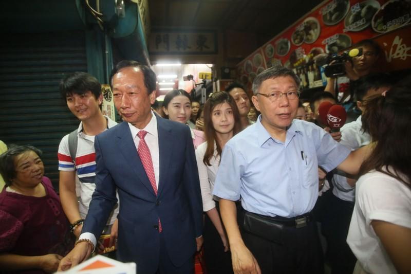 柯文哲(右)在區域立委提名,將和郭台銘(左)陣營合作。(柯承惠攝)