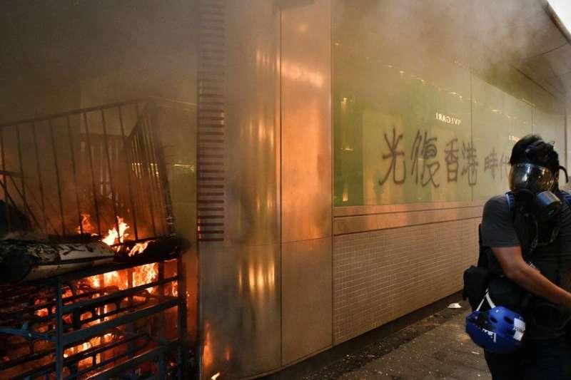 9月8日,中環地鐵站外遭示威者縱火。(BBC中文網)