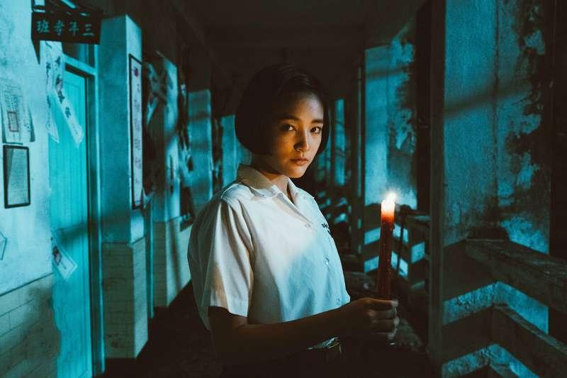 《返校》王淨飾演方芮欣在驚悚校園走廊揭開謎團。(圖/影一製作提供)