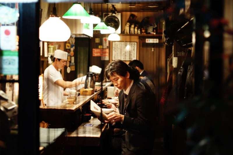 在日本找工作這段期間,他有時一天只花五十日圓,全身上下最「花錢」的東西是出發日本前買下的西裝(示意圖/Unsplash)