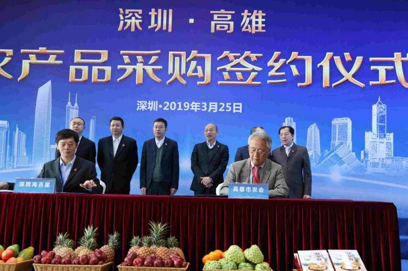 與高雄市簽署訂單的中國深圳市通路商,韓國瑜(後右三)在北農時期就接觸過。(高雄市政府提供)