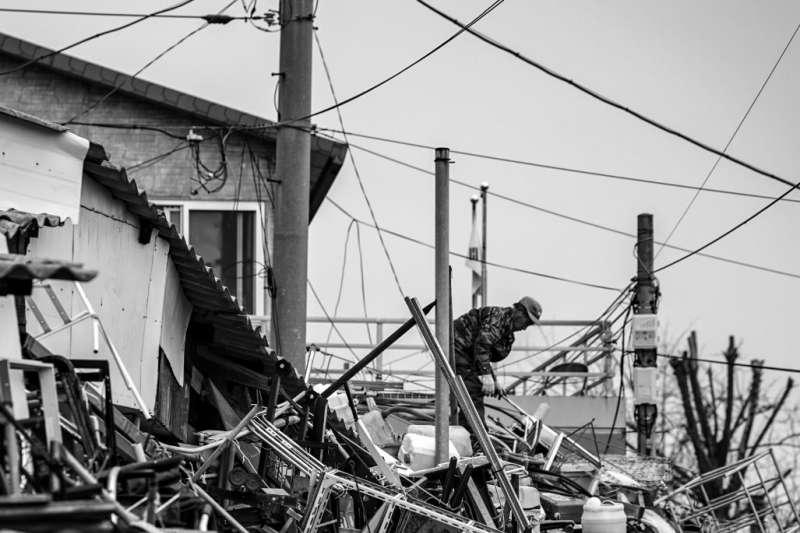在經歷九二一地震後,林美霞毅然決然踏上搜救賑災之路(示意圖/Unsplash)