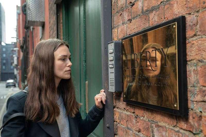 綺拉奈特莉在電影《瞞天機密》中飾演出身台灣的英國女孩,憑藉勇氣與良心揭發國家違法機密(圖/IMDb)