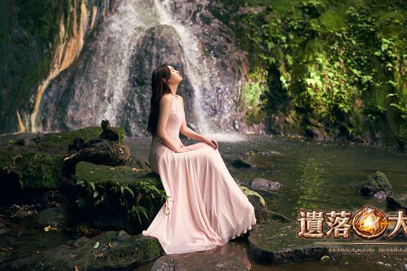 代言人楊丞琳在小隱潭瀑布下搭配自然光,化身完美女神。(圖/Gamamobi遊戲平台提供)