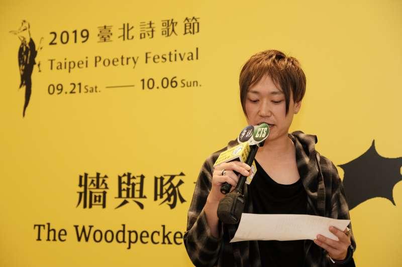 20190918-台北詩歌節05-1-駐市詩人小佐野彈,朗誦以長歌形式為台北寫的詩《戰旗》。(台北詩歌節提供)