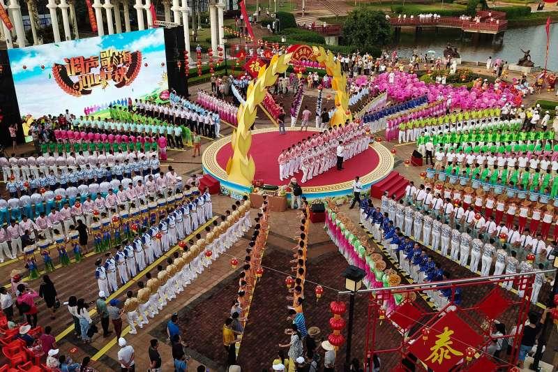 調聲表演者在「調聲歌海迎中秋」慶典活動上表演(新華社)
