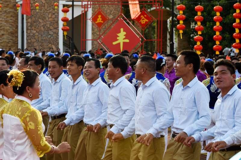 調聲表演者在「調聲歌海迎中秋」慶典活動上表演對唱。(新華社)