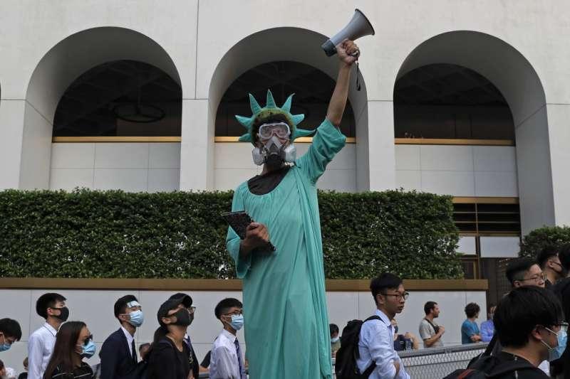 香港「反送中」抗議者扮成自由女神模樣,戴著防毒面具。(AP)