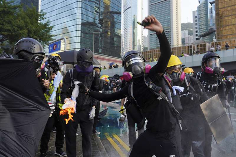 香港「反送中」運動,為了抵抗警察的催淚彈攻勢,防毒面具與口罩成為稀缺物資。(AP)
