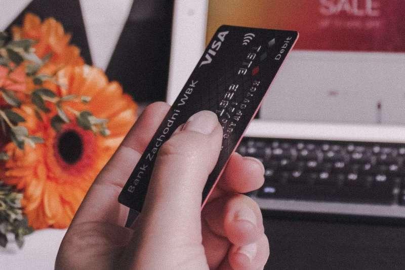 台灣銀行業競爭激烈,不僅ATM密度全球第一,統計更顯示每人平均持有四張信用卡(圖/Unsplash)