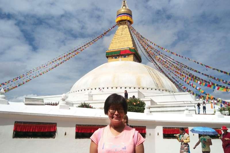 尼泊爾女孩幫謝幸吟在加德滿都地標大塔前拍照(圖/謝幸吟)
