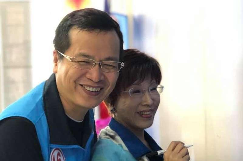國民黨前主席洪秀柱(右)出征台南市第6選區,邀請台北市議員羅智強(左)擔任她的「陸軍小步兵」;圖為2018年羅參選議員時,洪前往其辦公室為他加油。(取自羅智強臉書)