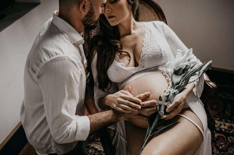懷孕期間愛愛沒有什麼大問題,甚至還可透過「床上運動」幫助孕婦燃燒卡路里,減少產後恢復體態上的困難。(圖/取自unsplash)