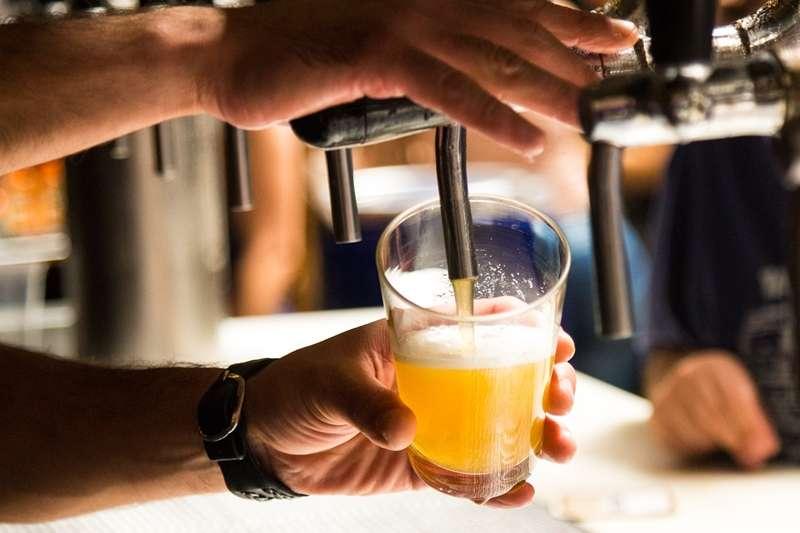 國健署指出,台灣人由於先天遺傳原因,「酒精不耐症」機率高居世界第一,會大幅提高罹患癌症的機率,重度飲酒者得到食道癌的風險甚至可高達50倍。(示意圖,取自pixabay)