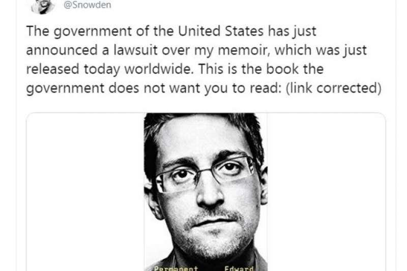 史諾登在推特上介紹自己的新書:「這是一本政府不希望你閲讀的書。」