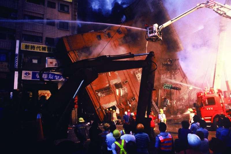 位於台北市八德路、虎林街口的「東星大樓」,因921大地震導致嚴重倒塌,造成87人死亡。(資料照,林瑞慶攝)